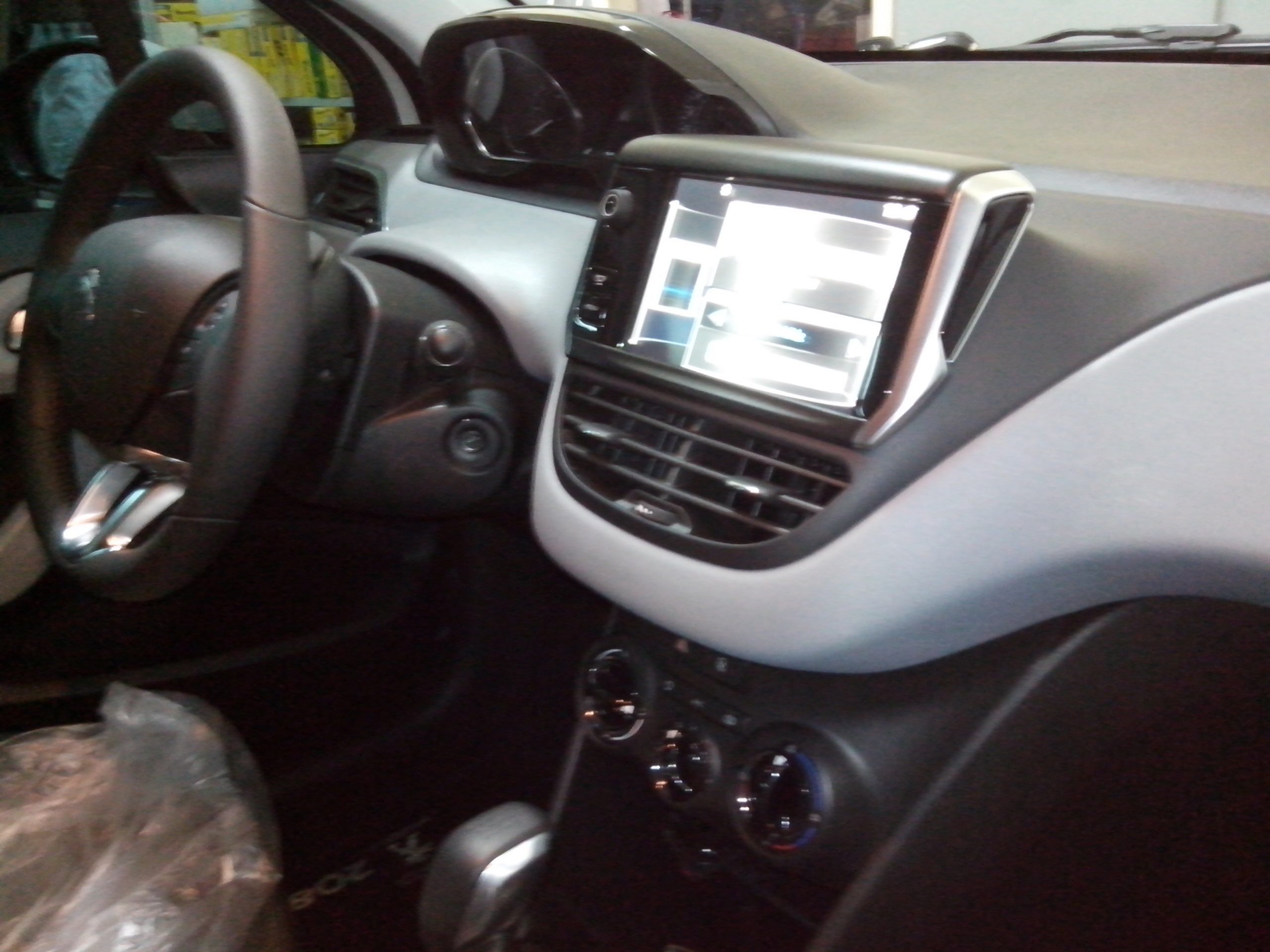 Talento-automotivo-cascavel-pr-peugeot-208-interior-dvd-multimidia-1